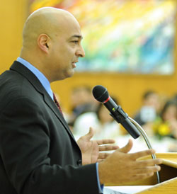 Angel Rivera (FCRH '83) instructs students in how to deal with ethic or racial humor in the workplace.  Photo by Chris Taggart