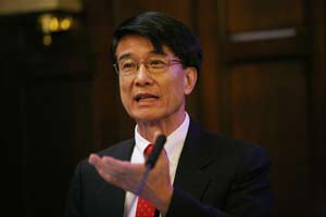 Paul Chu, Ph.D., (GSAS '65) discusses his superconductivity research at Communitas '08. Photo by Michael Dames