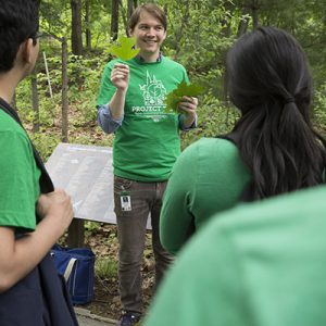 Grad student Michael Sekor talks about identifying leaves with the students.