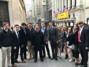 Fernández de Lahongrais with his students in front of the NYSE