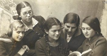 A picture of Polish and Jewish girls in Chelm, Poland, in 1934